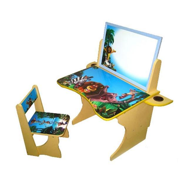 Многофункциональная детская парта с мольбертом Мадагаскар, с возможностью регулирования высоты парты и стула. Особенность данной модели является наличие мольберта, на котором ребенок может рисовать мелками и маркером на водной основе.