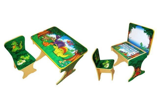 Многофункциональная детская парта с мольбертом Динозаврики. Парта и стульчик, который идет в комплекте с ней, регулируется по высоте, что делает возможным использовать ее в возрастной период от 2 до 8 лет.