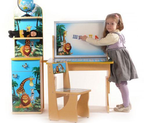 Оригинальный, многофункциональный детский комплект Мадагаскар, состоящий из стола, стула и этажерки. Изготовлен набор из качественного ДСП и прочной фурнитуры, с нанесением на поверхность защитного слоя ламинации.