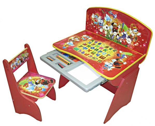 Детская парта Светлячки, с выдвижным пеналом для канцелярских принадлежностей и возможностью регулировать высоту, позволяющую пользоваться столиком в возрасте от 2 до 9 лет.
